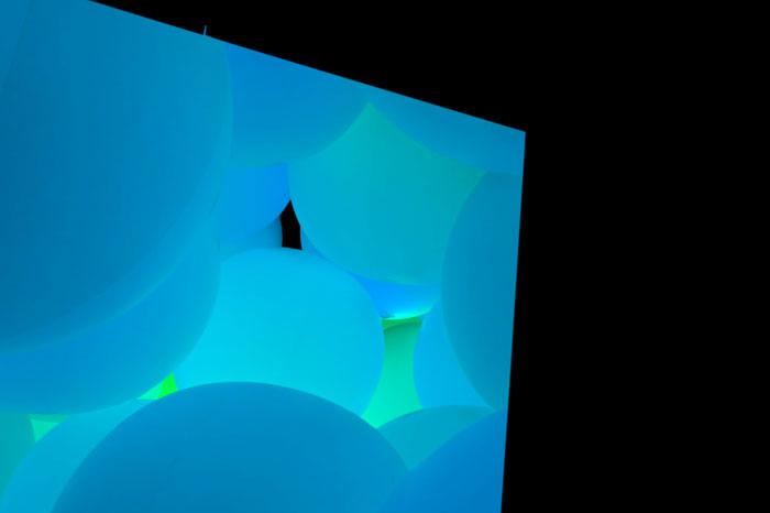 意思を持ち変容する空間、広がる立体的存在 - 自由浮遊、3色と新しい9色