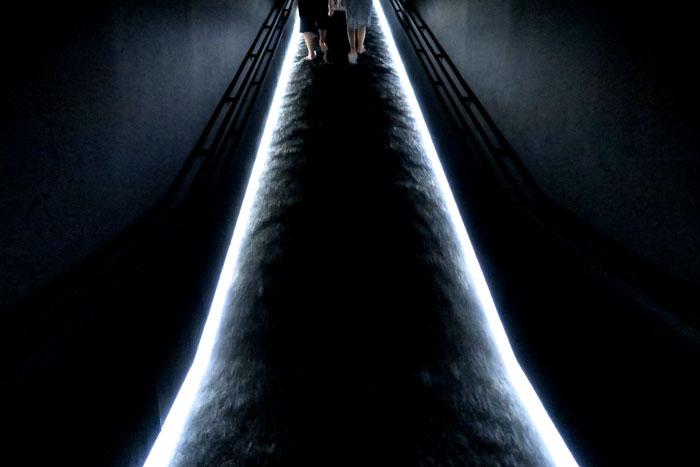坂の上にある光の滝